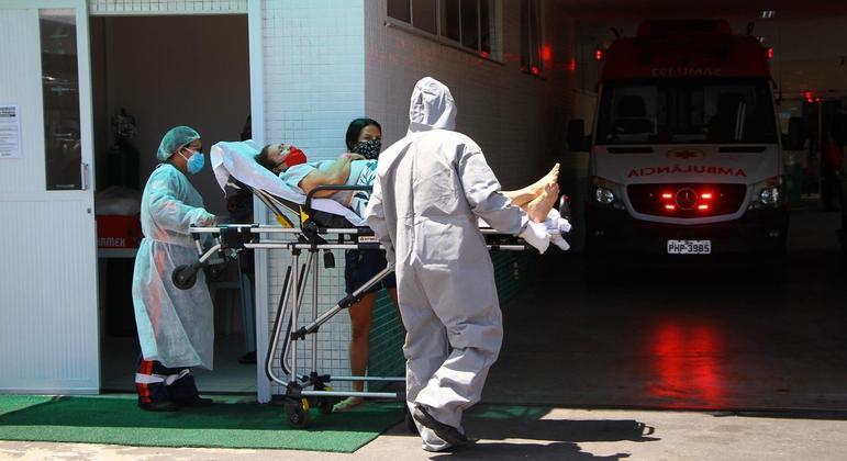Após mais de 30 minutos esperando na parte externa, mulher com covid-19 é atendida no Hospital e Pronto Socorro 28 de Agosto, em Manaus