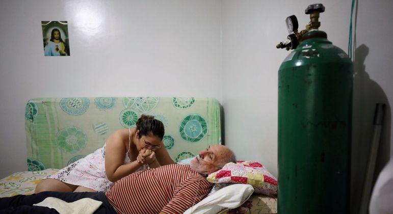 Osmar Magalhães recebe ajuda da filha Karoline Magalhães em sua casa em Manaus