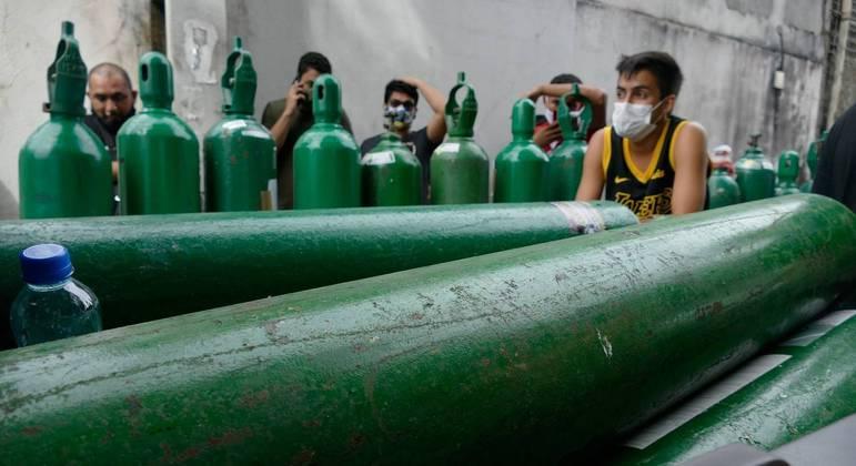 Parentes de pacientes fazem fila para recarregar cilindros de oxigênio em Manaus (AM)