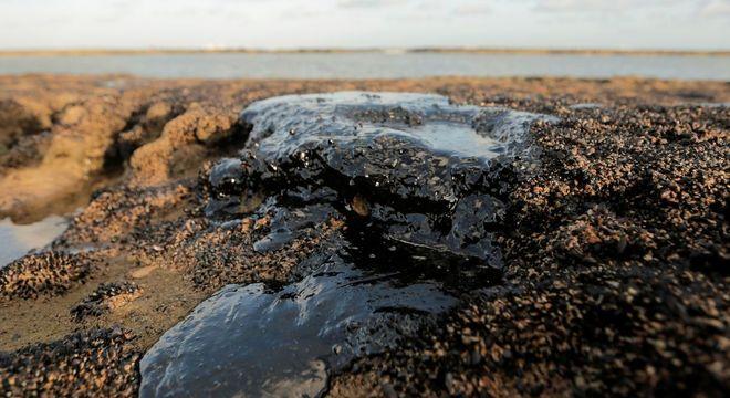 Mancha de óleo que atinge litoral do Nordeste