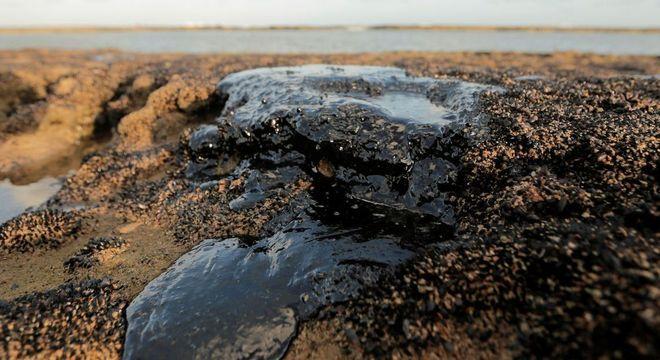 Óleo encontrado em praias do Rio é igual ao que foi recolhido no Nordeste