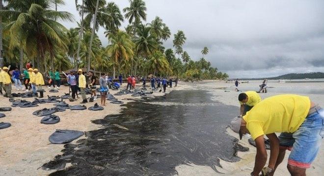 Manchas de óleo reaparecem em oito praias do Nordeste