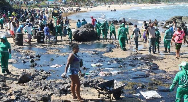 Óleo atingiu o trecho entre as praias de Itapuãma e Pedra do Xaréu (PE)