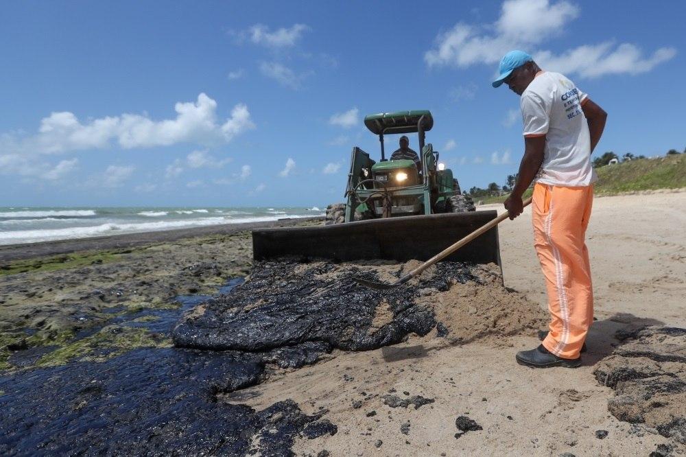 Manchas de óleo na praia de Lagoa do Pau, no município de Coruripe, em Alagoas
