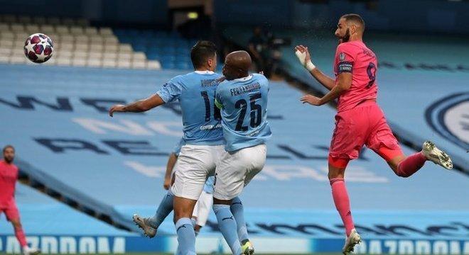 O momento da ilusão do Real de rosa, o empate na testada de Benzema