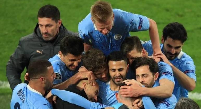 Depois da classificação, atletas do City abraçam o treinador Pep Guardiola
