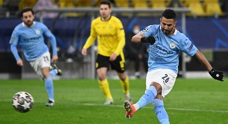Mahrez, do City, cobra o penal controvertido