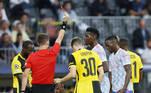 Wan-Bissaka chegou atrasado no lance e atingiu Elia com a sola da chuteira durante o primeiro tempo. O juiz da partida aplicou o cartão vermelho no lateral direito do United, complicando a vida do time inglês na partida