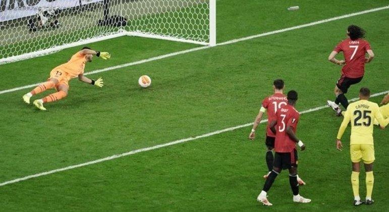 O momento do empate de Cavani, em posição que exigiu a checagem do VAR