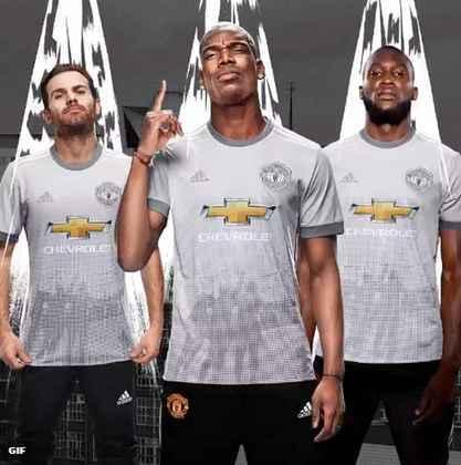 MANCHESTER UNITED: O terceiro uniforme do Manchester United também foi escolhido entre criações de torcedores. Mais um integrante da campanha da campanha do fabricante na temporada 2017-2018.