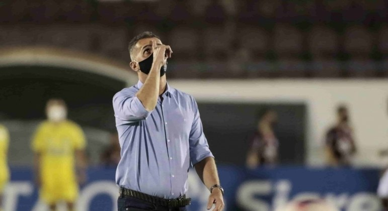Mancini até que enfim decidiu tirar Jô do time titular do Corinthians. Estava mal demais