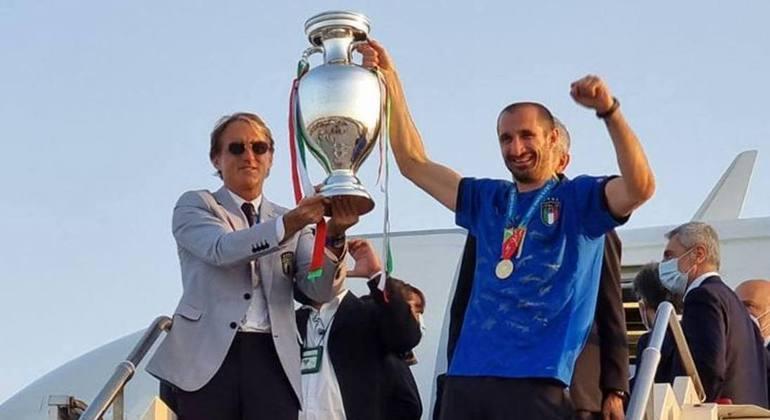 Mancini e o capitão Chiellini, na chegada da taça em Roma
