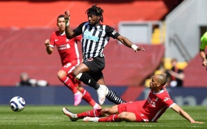 MANDOU MAL - Fabinho não conseguiu parar o rápido ataque do Newcastle e ainda foi amarelado na partida