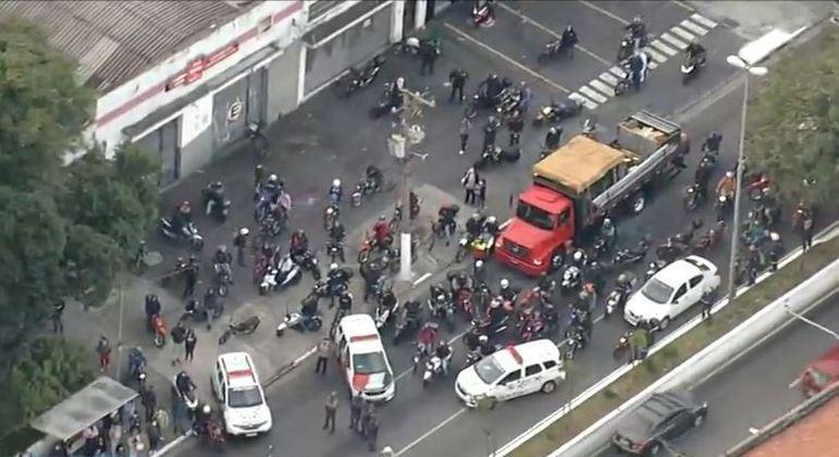Grupo de profissionais da educação protestam às 5h50 na rodovia Anchieta