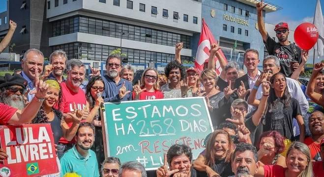 Manifestação a favor do ex-presidente Lula em Curitiba