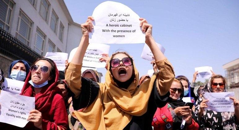 Afegãs reivindicam direito ao trabalho e à educação em protesto realizado em Cabul, em 3 de setembro