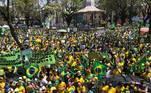 Manifestantes ocuparam a praça da Liberdade vestidos com as cores da bandeira do Brasil.