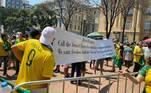 No ato, manifestantes incentivavam, com gritos e cartazes (alguns em inglês), intervenção militar, o que é inconstitucional, e até a dissolução do STF (Supremo Tribunal Federal).