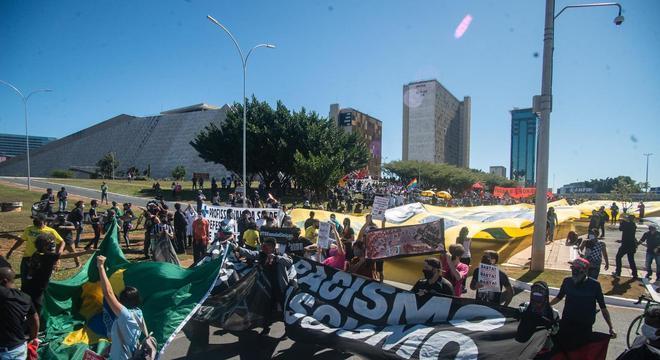 Domingo é mais um dia de protestos em Brasília contra e a favor de Bolsonaro