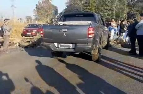 Motorista furou bloqueio feito com pneus