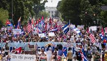 """Cubanos protestam em Washington aos gritos de """"abaixo a ditadura"""""""