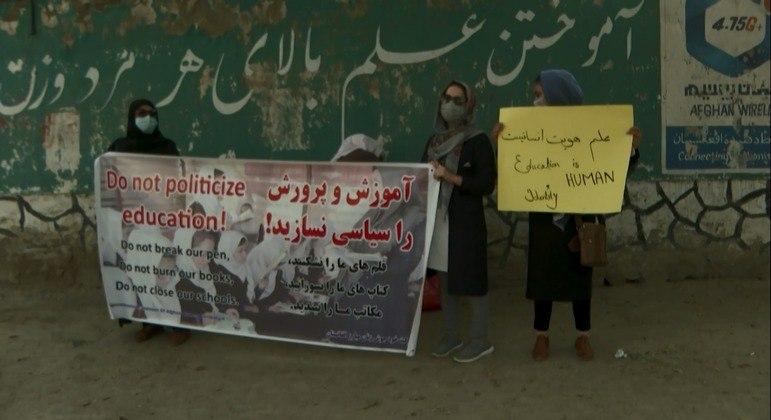 Mulheres segurando cartazes na manifestação desta quinta-feira (30)