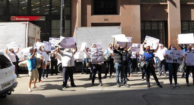 Manifestantes seguraram cartazes e buzinaram em frente ao prédio
