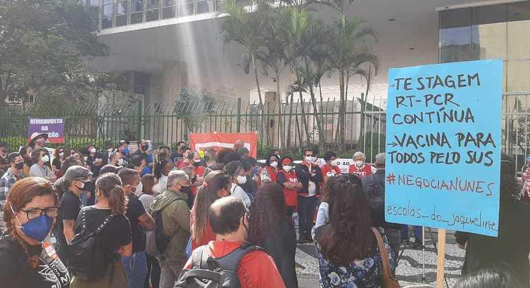 Manifestantes se reúnem para protestar em frente à Câmara Municipal de SP
