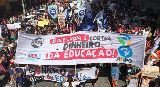 Ato pela Educação organizado em Salvador na manhã desta quinta-feira (30)