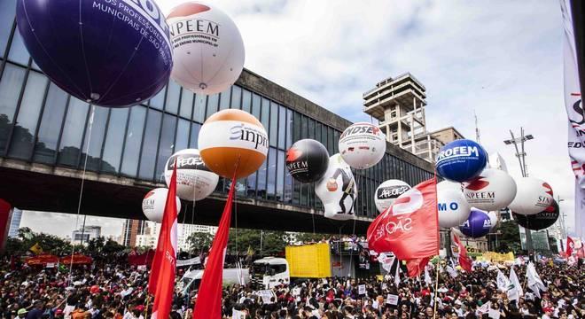 Manifestantes ocupam as duas pistas da avenida Paulista, em São Paulo