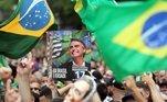 O pleito de 2018, principalmente no segundo turno, foi marcado por grande polarização política. Houve manifestações favoráveis e contrárias a Bolsonaro. Os eleitores que protestavam a favor do candidato, se reuniram nas ruas de verde e amarelo