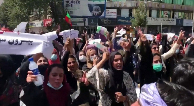 Na capital, mulheres e homens foram às ruas com bandeiras e cartazes