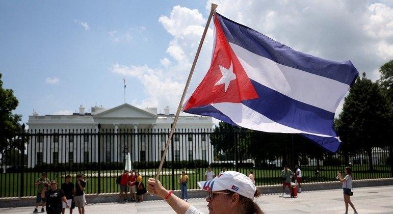 Cubana se manifesta em frente a Casa Branca após os protestos do dia 11 de julho
