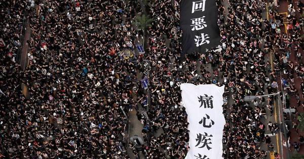 Milhares de pessoas se manisfestam nas ruas de Hong Kong