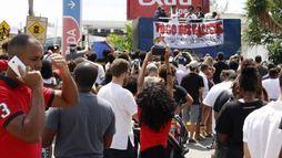 Manisfestantes se reúnem em mercado onde jovem foi morto por segurança no RJ ()