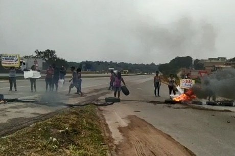 Manifestantes usaram pneus para fechar a BR-040