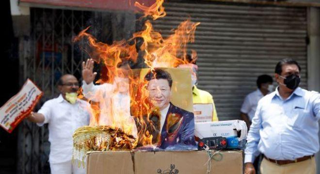 Manifestantes ateiam fogo na foto do presidente da China, Xi Jinping, em Nova Délhi