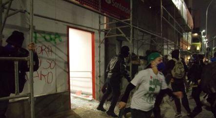 Manifestantes atacaram agência bancária