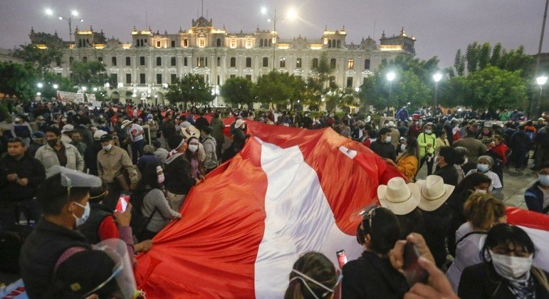 Apoiadores de Castillo fazem manifestação no centro da capital peruana, Lima