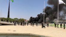 Povos indígenas queimam caixão na Praça dos Três Poderes