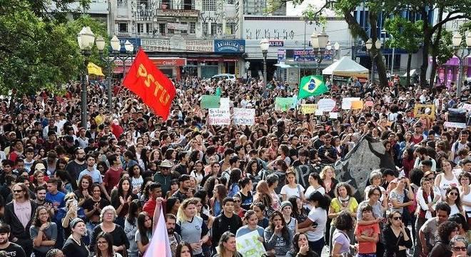 Estudantes e professores se reuniram em Campinas contra corte na Educação