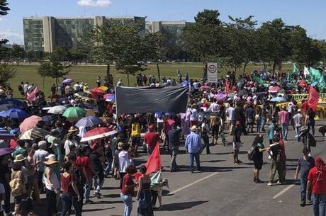 Manifestantes em Brasília contra cortes na educação