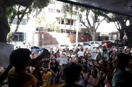 Estudantes se reuniram em frente à portaria da PUC Minas