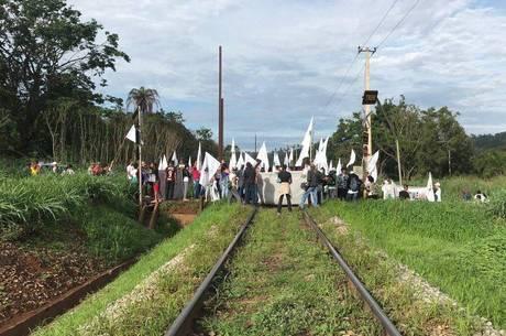 Manifestação aconteceu em linha férrea