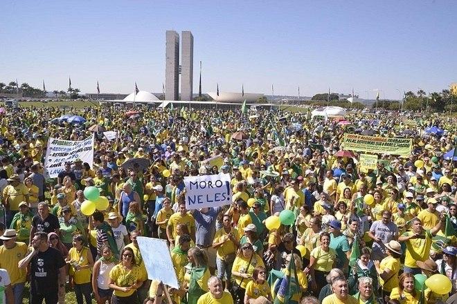 Uma multidão caminhou em direção à Praça dos Três Poderes, em Brasília. Segundo a PM, cerca de 20 mil polícias se reuniram em frente ao Congresso. Estavam programadosprotestos em pelo menos 312 cidades brasileiras.