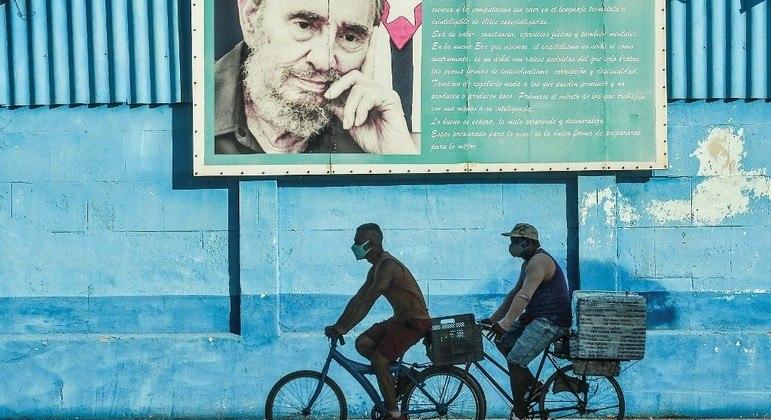 Cubanos circulam pela cidade sob o olhar de Fidel Castro