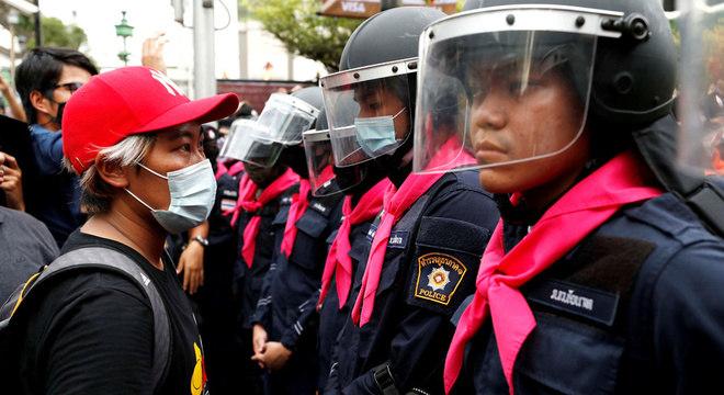 Manifestante encara a polícia durante protesto em Bangkok, na Tailândia