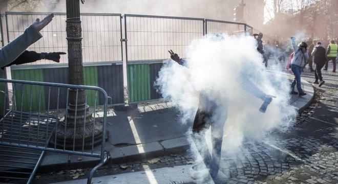 Em Paris, a polícia usou gás lacrimogêneo para dispersar manifestantes