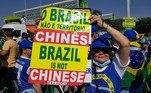 Manifestante exibe cartaz dizendo que o Brasil não é território chinês