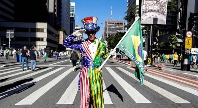 Na Avenida Paulista, manifestante vestiu um traje mesclando símbolos das bandeiras do Brasil e dos Estados Unidos